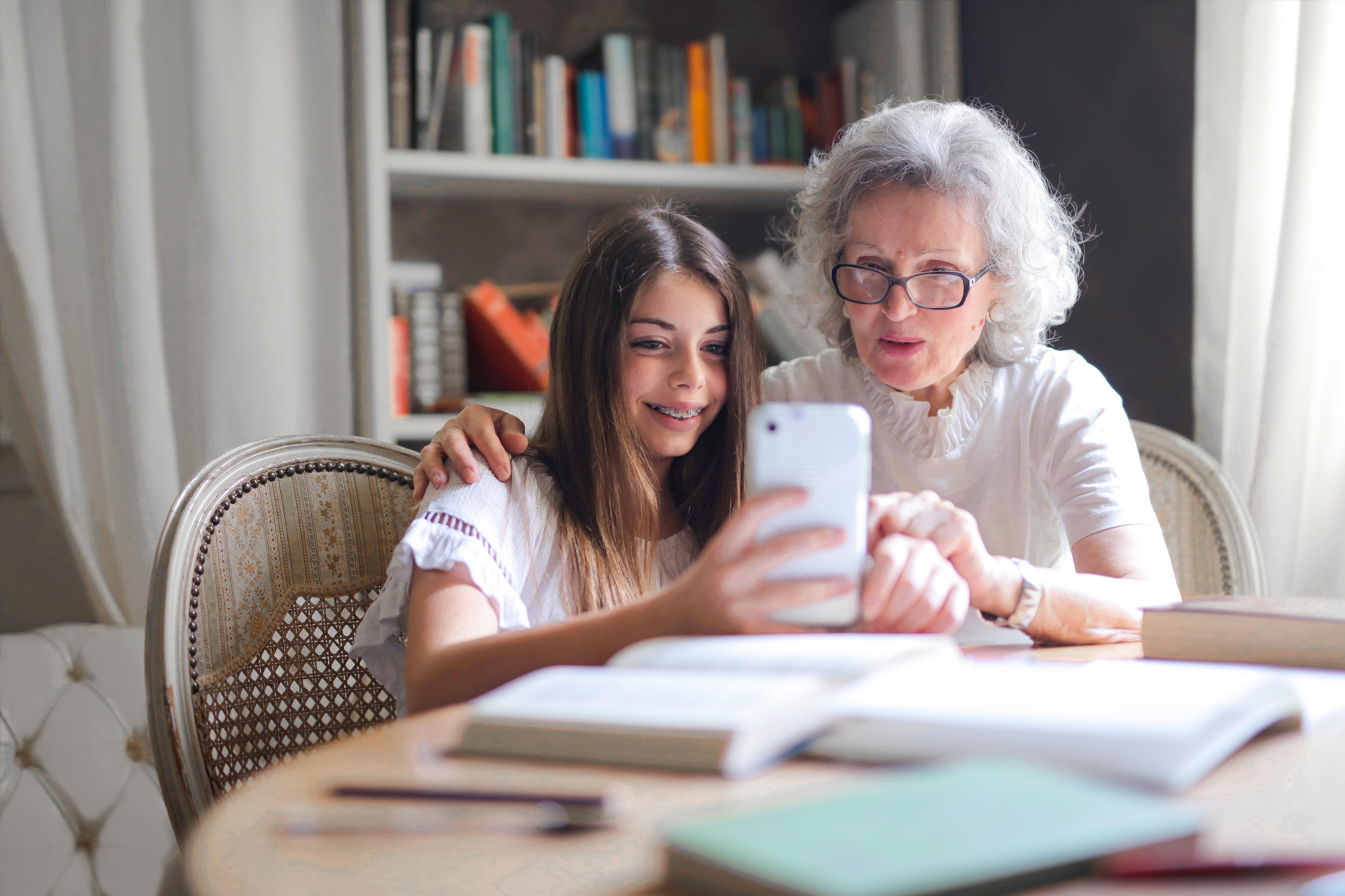 stará mama a vnučka používajú sociálne siete robia selfie fotky