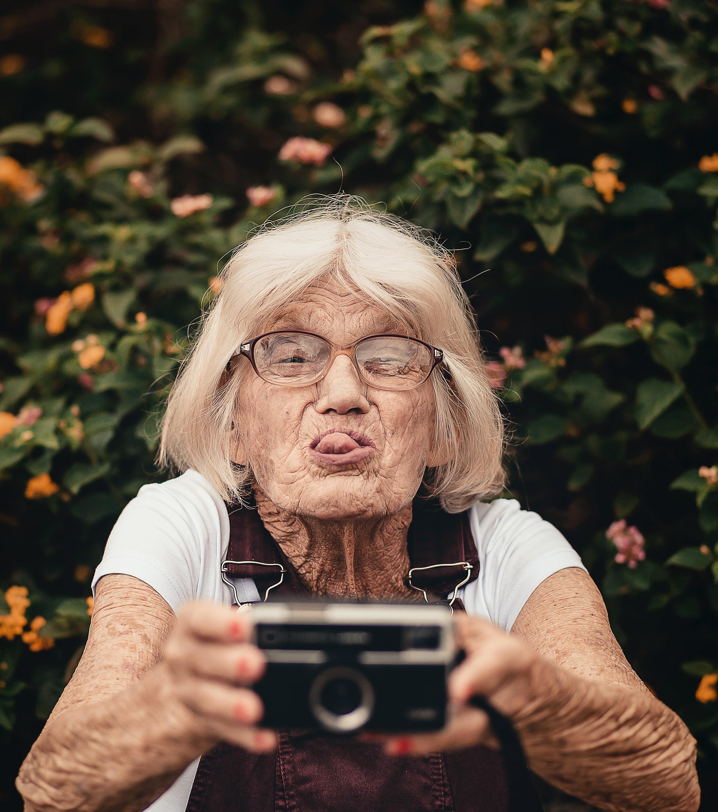 stará mama používa fotoaparát a moderné technológie