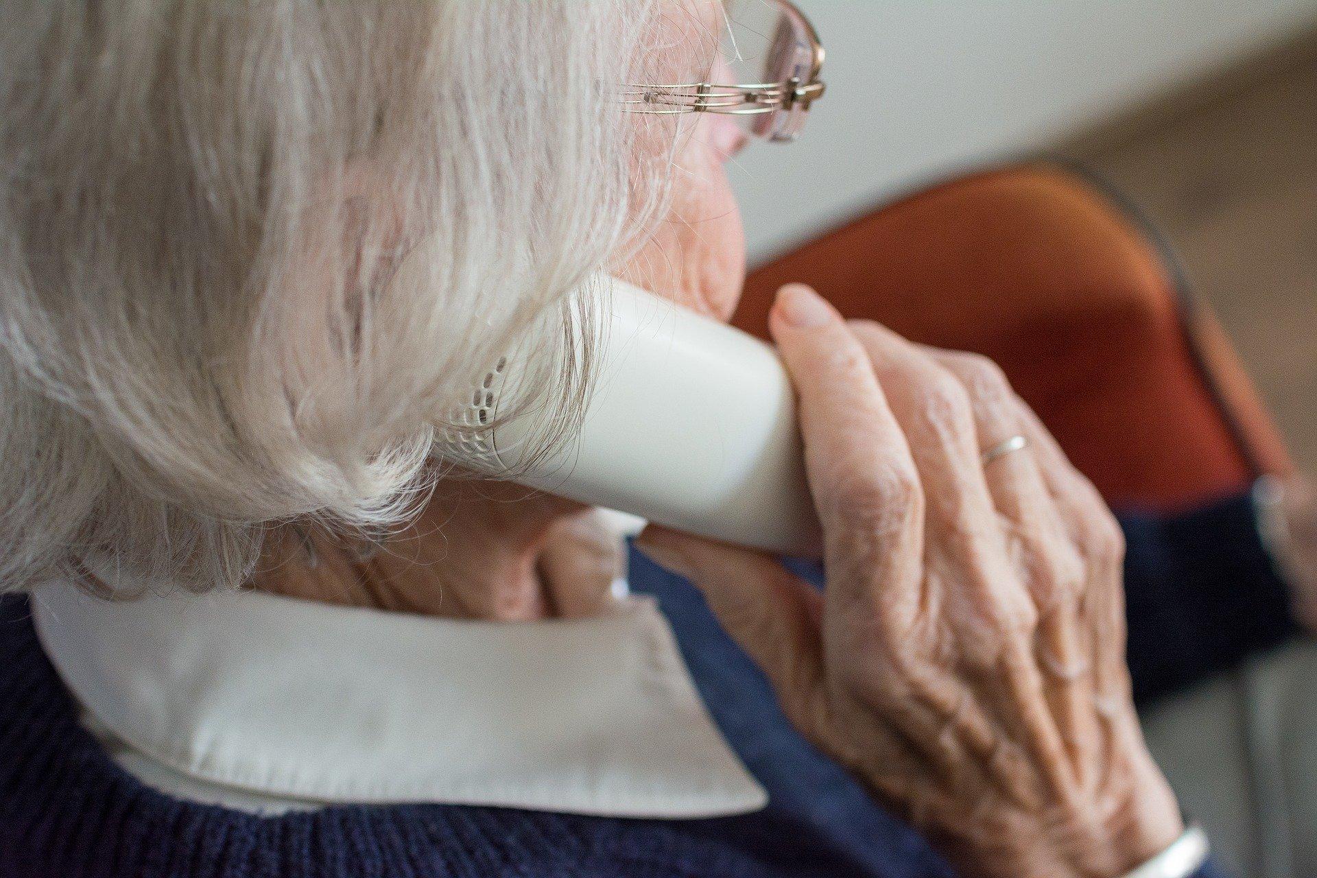 Seniori na okraji spoločnosti, samota a zlé rodinné vzťahy. Mladí sa o problémy seniorov nezaujímajú.