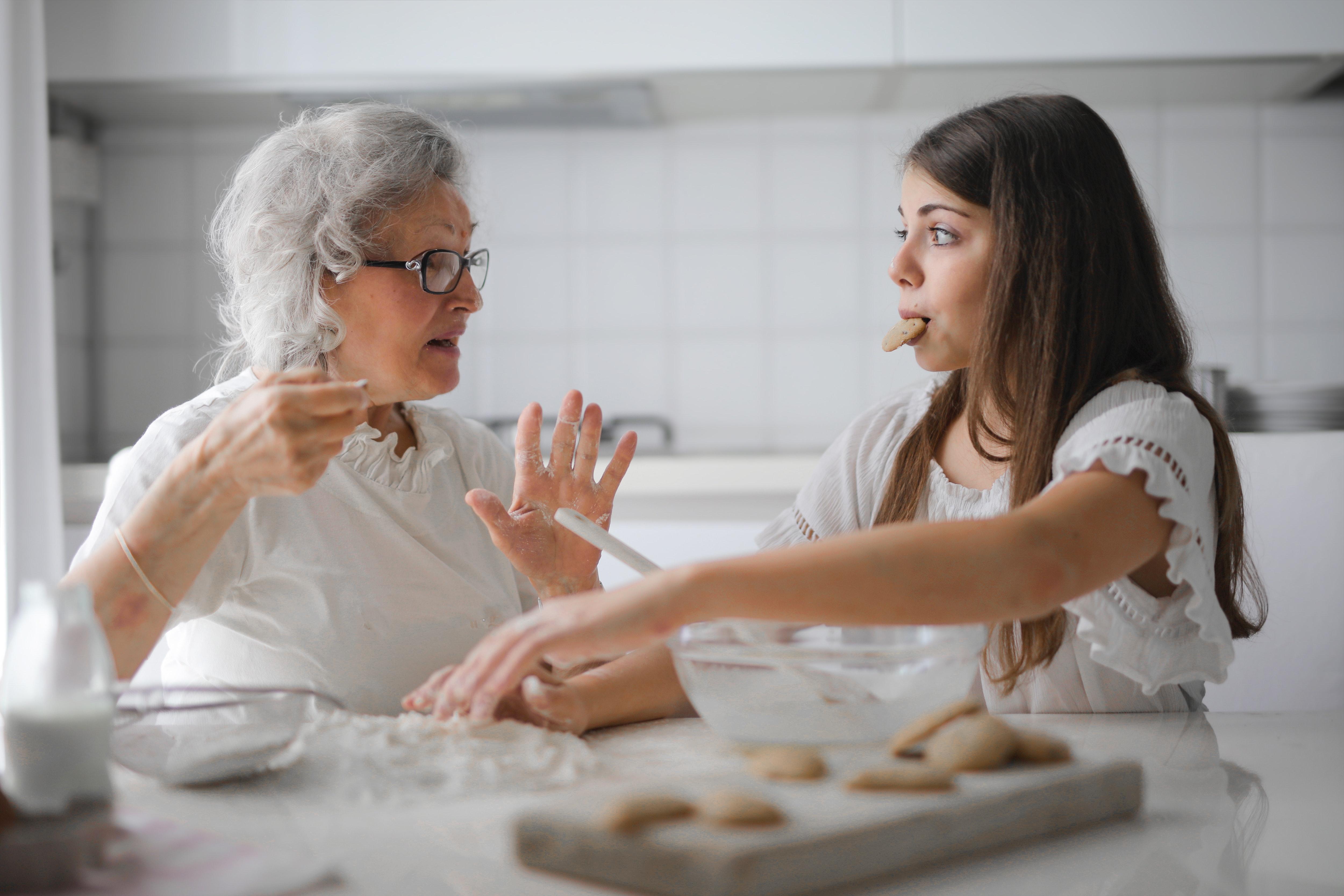 stara mama a vnucka pecu kolac