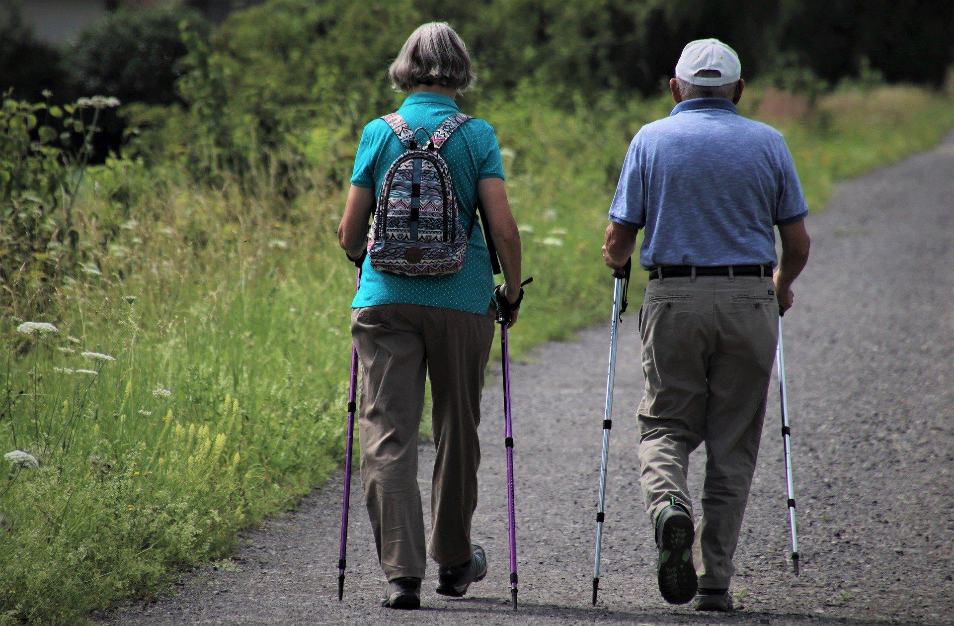 senori v pohybe prechádzka nordic walking