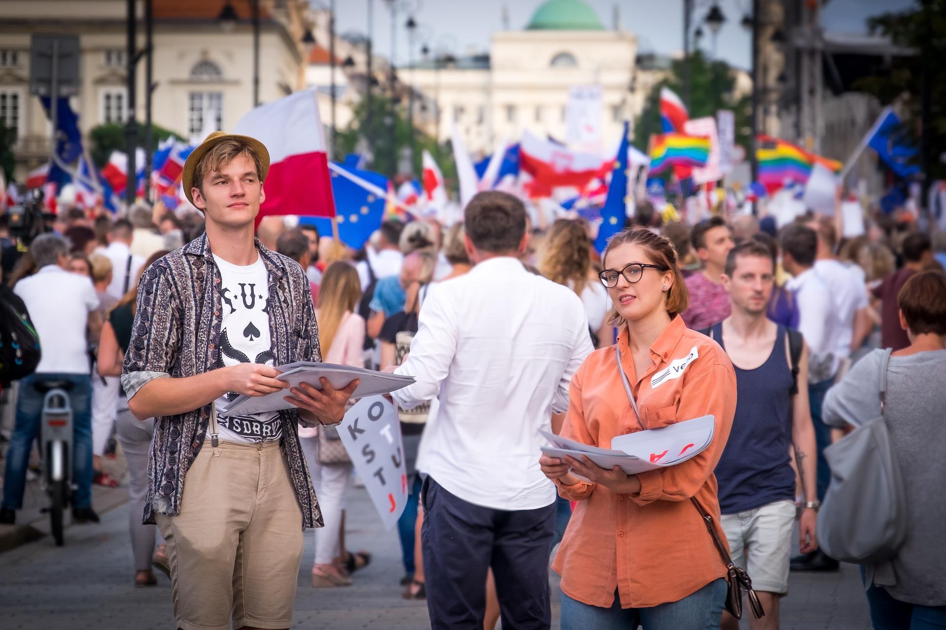 mladí ľudia protestujú a vychádzajú do ulíc
