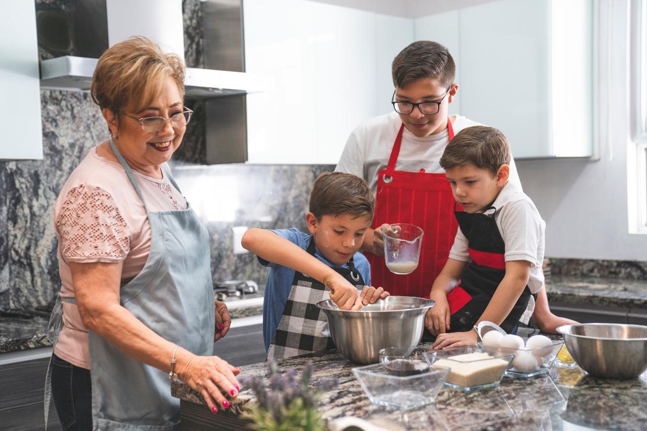 babka a vnúčatá v kuchyni spoločne varia