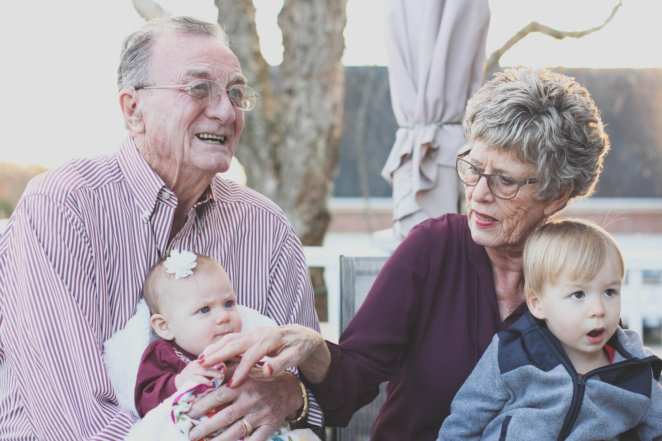 starí rodičia a vnúčatá trávia spoločný čas